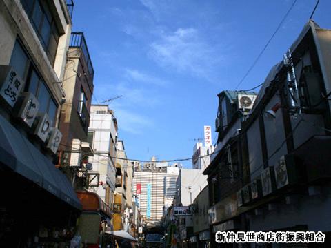 2009年9月/仲見世通りから浅草松屋さんまでの一直線の青い空。アーケードの無い新仲を見られるのは数十年に一度だけです。是非、撮影にいらしてください。